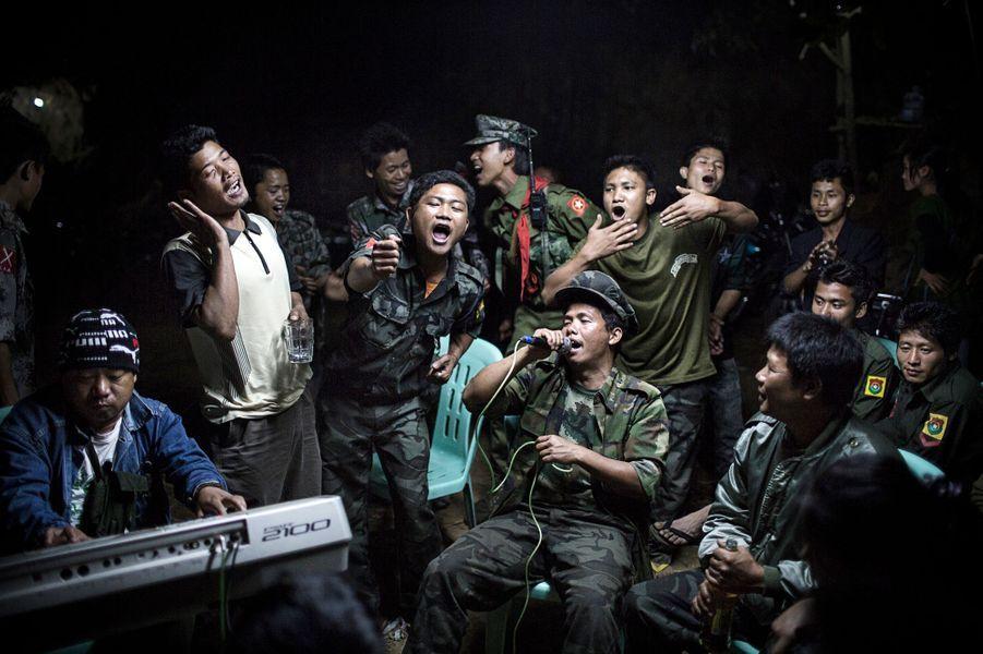 Julius Schrank, Allemagne,  15 Mars 2013, BirmanieDes combattants de l'Armée pour l'indépendance kachin boivent et chantent à la mémoire d'un commandant tué la veille.