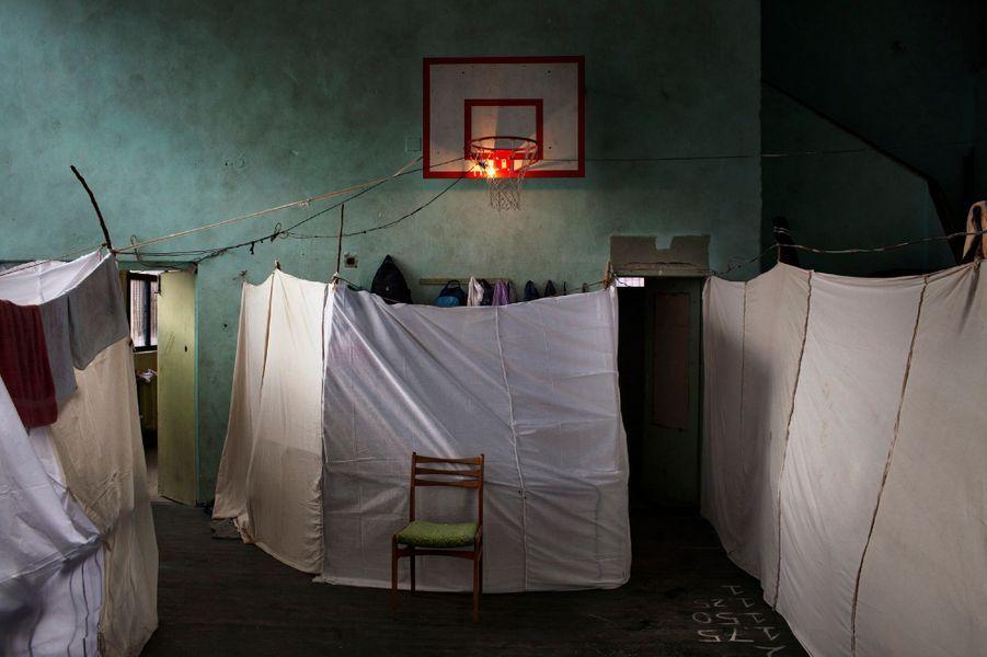 Alessandro Penso, Italy, OnOff Picture 21 Novembre 2013, Sofia, BulgarieUne école abandonnée transformée en refuge pour 800 réfugiés syriens.