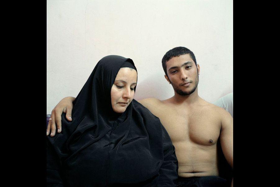 Denis Dailleux, France, 3 février 2011, Le Caire, Egypte. Un jeune bodybuilder égyptien et sa mère.