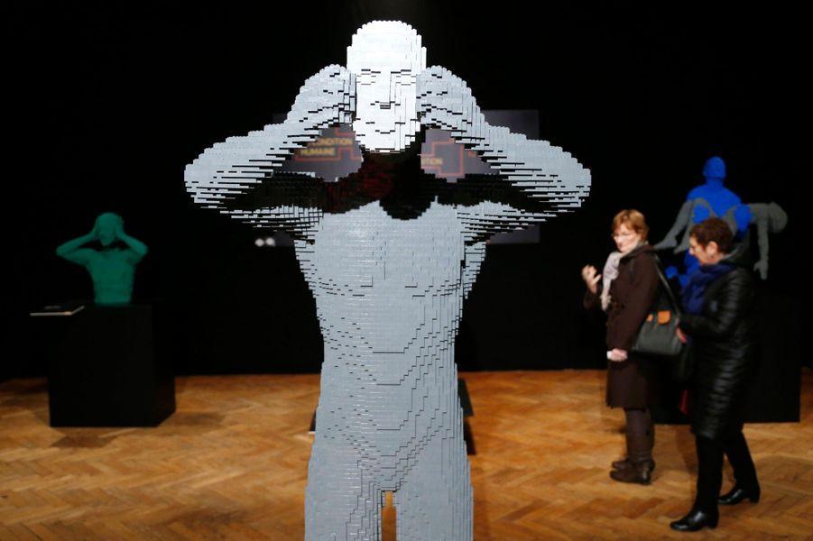 """Masque"" - composé de 18 509 Lego"
