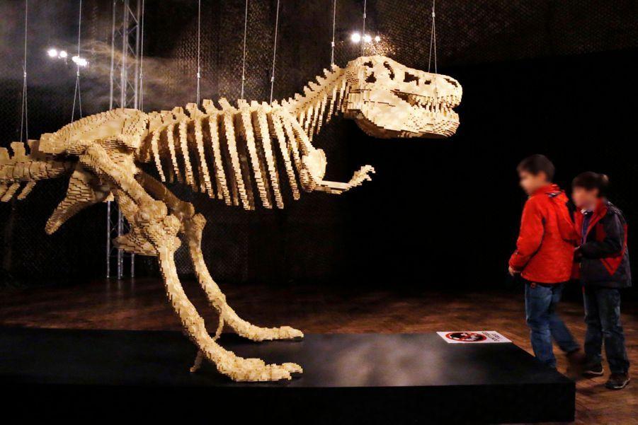 """""""Squelette de dinosaure"""" - composé de 80 020 Lego"""