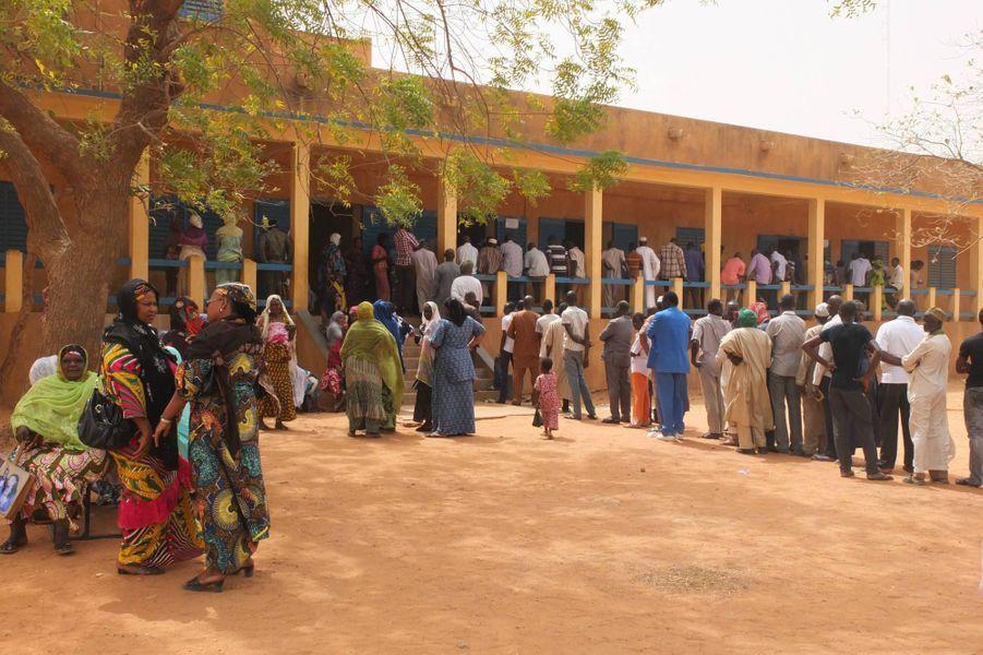 File d'attente dans un bureau de vote du centre ville de Niamey le 21 février 2016