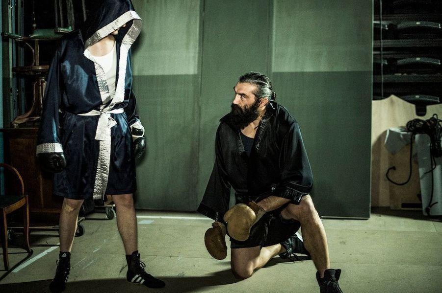 Chabal monte sur le ring pour afronter le Vengeur masqué, l'acteur des « Choristes » Jean-Baptiste Maunier