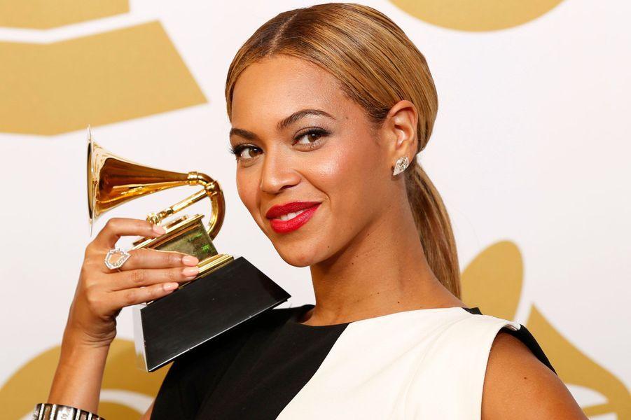 Comme chaque année, le magazine «Time» révèle son classement des 100 personnalités les plus influentes du monde. Parmi elles, nous pouvons y retrouver des people comme Beyoncé Knowles, Steve Mc Queen ou plus étonnant Miley Cyrus.Pour voir l'intégralité du classement c'est ici.Elle fait la couverture de ce numéro spécial du «Time». C'est la consécration pour Beyoncé Knowles. Agée de 32 ans, la chanteuse a crée la surprise en décembre dernier en sortant son dernier album «Beyoncé» sans aucune publicité. Résultat, un record historique et mondial avec plus de 1,1 million d'albums vendus en 5 jours! L'artiste possède aujourd'hui une fortune estimée à 350 millions de dollars et a déjà vendu 160 millions de disques depuis ses débuts.