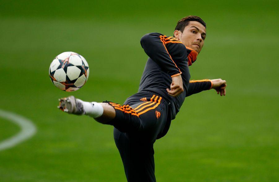 Cristiano Ronaldo est considéré bien souvent comme un des meilleurs joueurs au monde. Et pour cause. Cristiano, à 29 ans, c'est deux ballons d'or en 2008 et 2013, c'est un solide joueur au Real de Madrid depuis 2009 et c'est aussi le meilleur buteur de la sélection portugaise!
