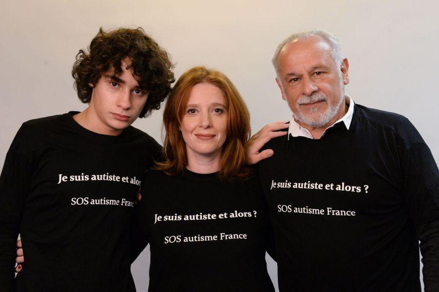 Francis Perrin et sa femme Gersende, accompagnés de leur fils Louis souffrant lui même d'autisme