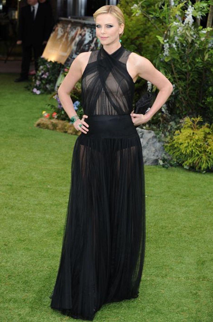 """En Dior Couture à la première londonienne de """"Blanche-Neige et le Chasseur"""", en mai 2012"""