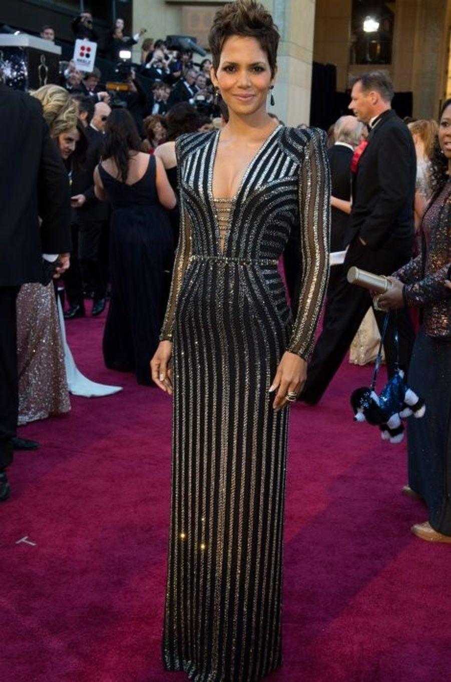 Aux Oscars 2013, dans une création de Donatella Versace