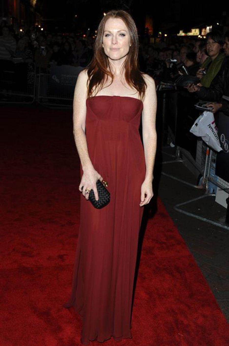 """En Bottega Venega à la première londonienne de """"Chloe"""", en octobre 2009"""