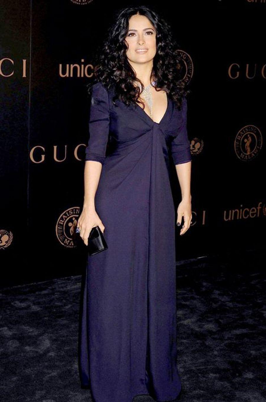 Salma Hayek en Gucci à une soirée de charité, en février 2008