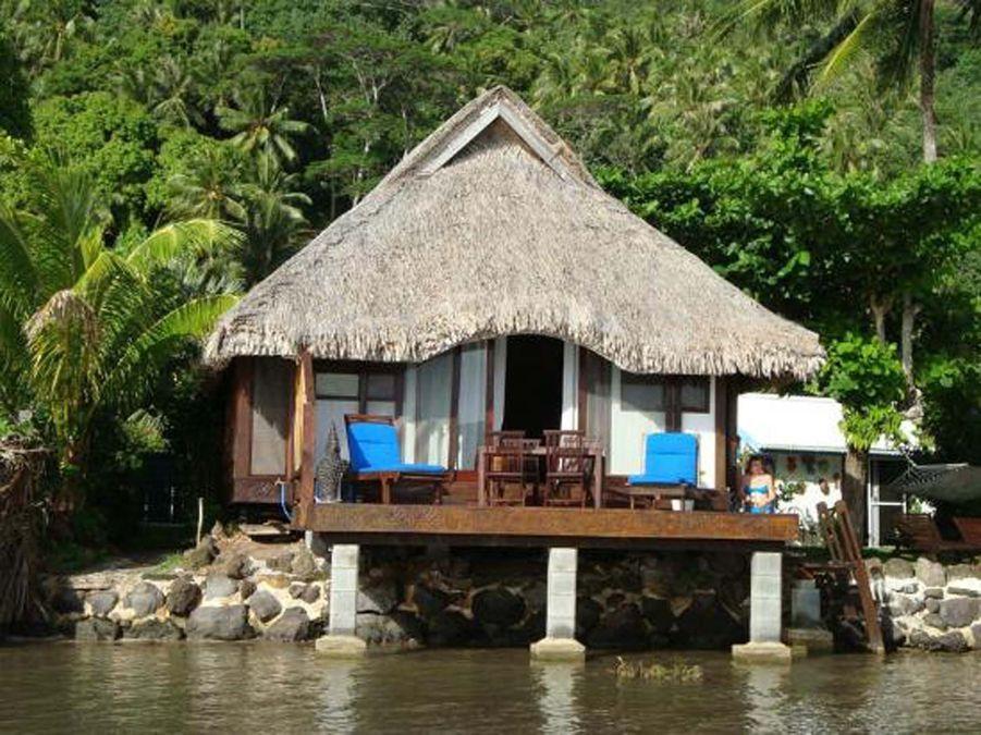 Moins luxueux que les villas alentours, le bungalow Bungalove retransmet avec authenticité l'esprit de l'ile de Bora Bora. Situé sur le lagon, au bord de l'eau, le bungalow est entouré d'un jardin exotique luxuriant, de petites cascades et d'unbassin à poissons rouges. Bungalove offre une vue imprenable sur les volcans et la baie de Bora Bora. Une destination isolée que l'on atteint après deux promenades en bateau pour un séjour plus intime (84€/nuit).