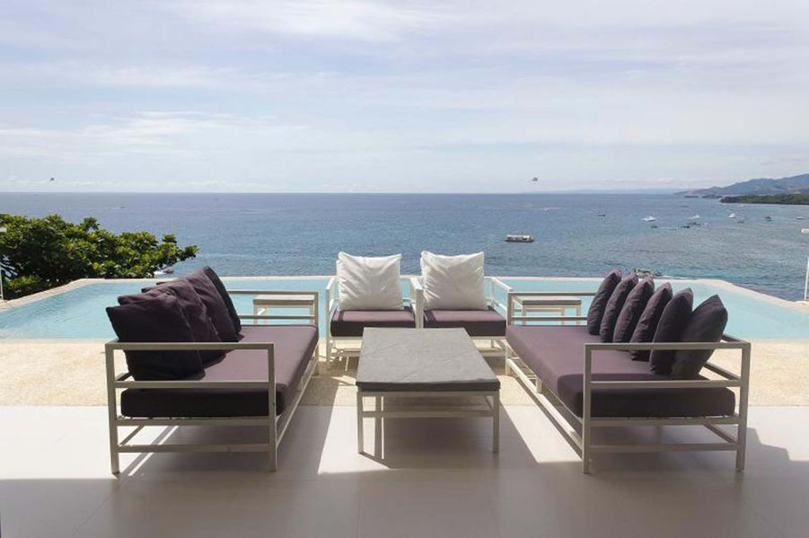 Cette maison de deux étages, sur la falaise et face à la mer, est une villa luxueuse, spacieuse et moderne avec l'une des plus belles vues de l'île de Boracay. La villa est idéale pour les voyageurs désirant vivre une expérience de luxe optimal et qui apprécieront l'espace ouvert de la maison donnant directement sur un jardin luxuriant. La mer turquoise, les levers de soleil et de la lune sont les spectacles quotidiens offerts sur la terrasse. (581€/nuit)