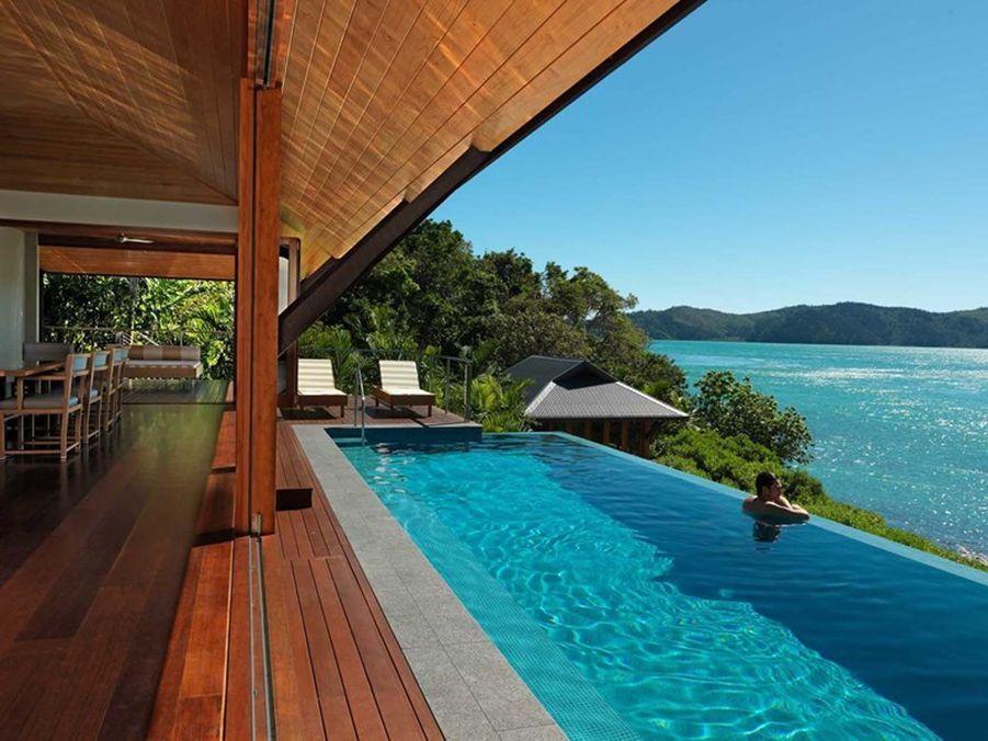 The Palms est une propriété luxueuse sur deux niveaux, située au coeur des collines de l'Ile Hamilton. L'ile Hamilton fait partie de l'archipel Whitsunday du Queensland, célèbre pour ses plages de sable blanc. Résidence spacieuse, idéale pour les familles ou les couples d'amis voyageant ensemble, The Palms offre à la fois un intérieur spectaculaire et un extérieurextravagant. Cette villa « à ne pas rater » est dotée de multiples balcons, de douches extérieures, d'une cuisine dernier cri, de magnifiques sols en bois et de larges baies vitrées ouvertes sur un somptueux décor australien. (1101€/nuit)