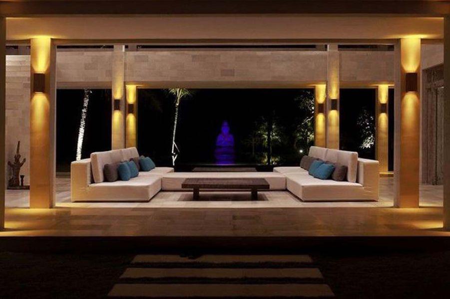 Se rendre à la Villa Babar Bali Boutique Hotel est déjà un formidable voyage à travers les villages traditionnels, les vallées boisées et les rizières qui entourent la route. La piscine et l'accès directe à la plage complète l'expérience de luxe ausein de la Villa Babar. En pierre blanche, elle offre paix et sérénité à tous ceux qui choisiront d'y séjourner. (1978€/nuit)