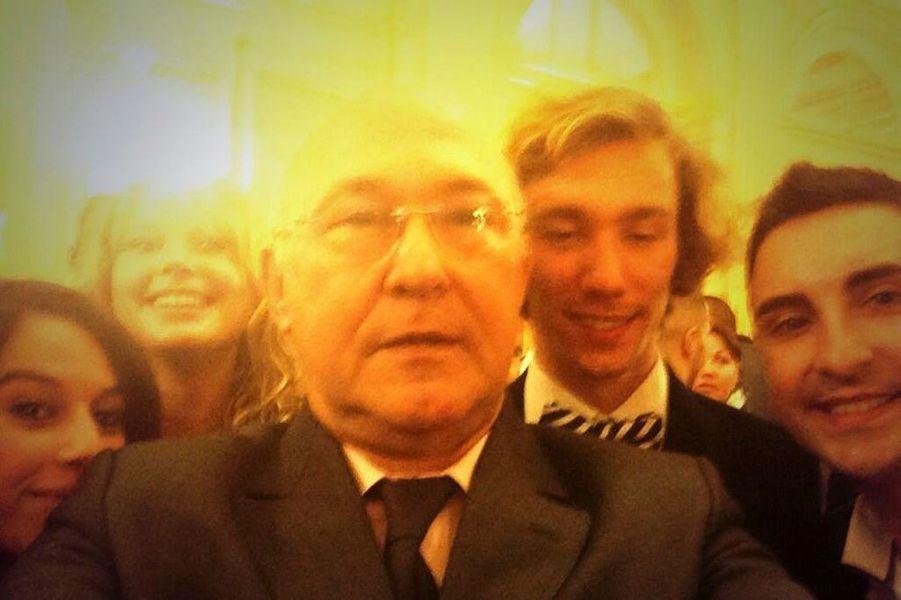 Michel Sapin et des jeunes en emploi d'avenir, le 10 mars.
