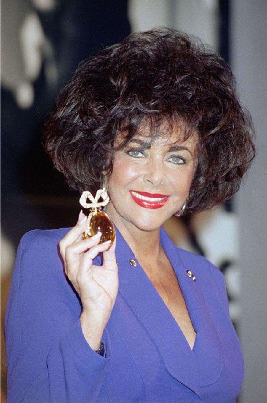 En 1997, Elisabeth Taylor posait avec son nouveau parfum Fragrant Jewel Collection à New-York. Son eau de toilette White Diamonds reste à ce jour le parfum de star qui s'est le plus vendu à travers le monde.