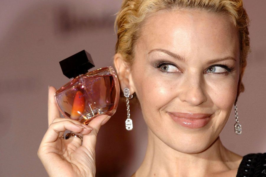 En janvier 2007, Kylie Minogue présentait sa première fragrance, Darling, à Londres. Face au succès rencontré outre-manche et en Australie, la chanteuse a lancé un second parfum, Sweet Darling.