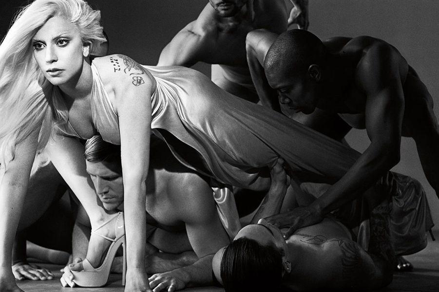 Lady GaGa lance son nouveau parfum, «Eau de Gaga», qui sera commercialisé à l'automne, a-t-elle révélé sur son compte Instagram. Il s'agira de sa deuxième fragrance, après «Lady Gaga Fame», lancée en 2012.La chanteuse de 28 ans est loin d'être la première à se lancer dans l'aventure. Pas plus tard qu'en juin dernier, Rihanna a provoqué l'émeute à Paris alors qu'elle venait présenter son parfum «Rogue by Rihanna» au Sephora des Champs-Elysées. Avant elles, Sofia Vergara, Jennifer Aniston, Paris Hilton ou encore Elizabeth Taylor ont eu une, voire des fragrances estampillées à leur nom.