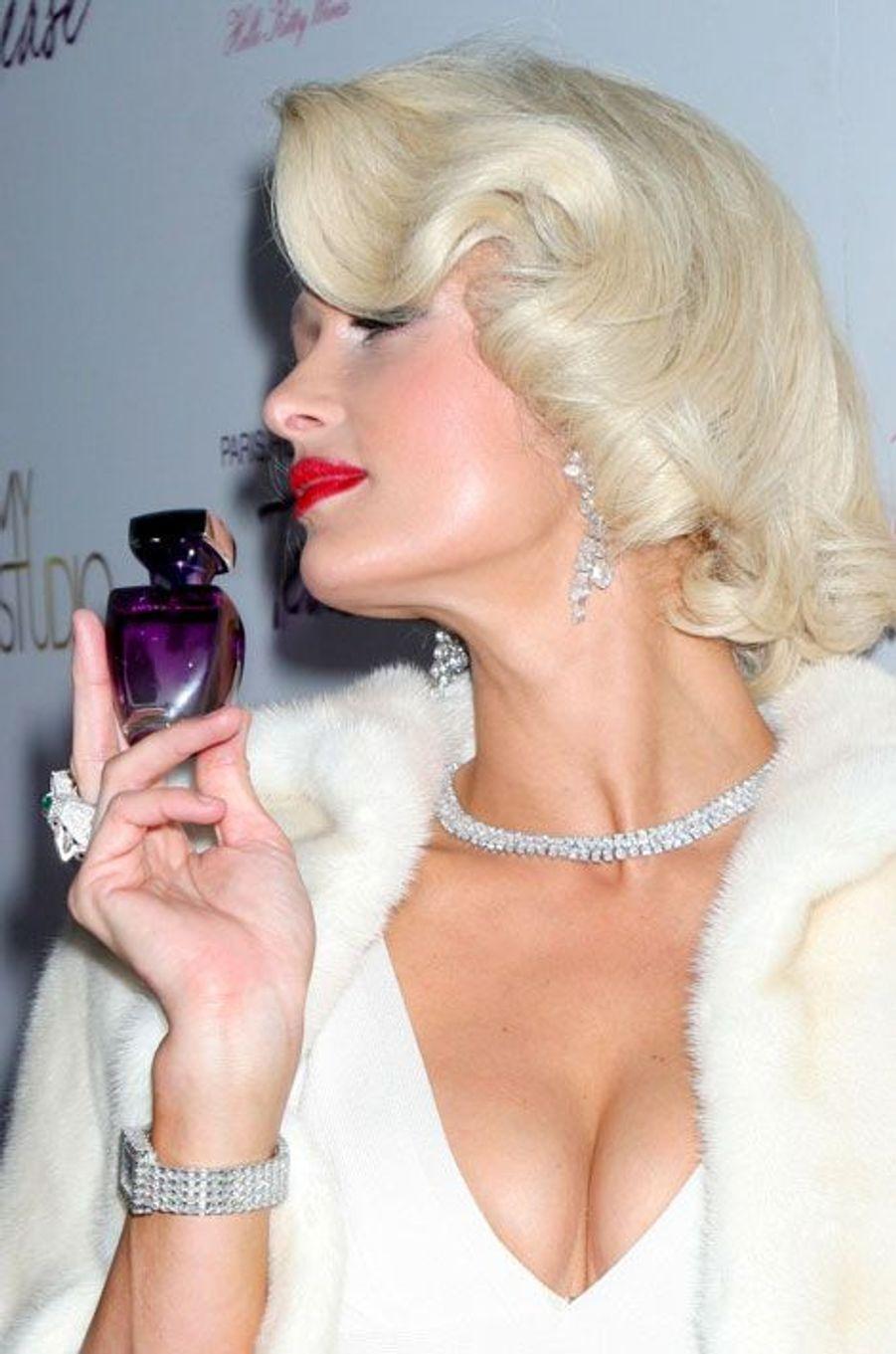 Redoutable femme d'affaires, Paris Hilton a sorti son premier parfum Paris Hilton Fragrance en 2004, à Sao Paulo. Elle créera ensuite pas mois de dix autres essences, dont Tease, lancée en 2010 (sur la photo).