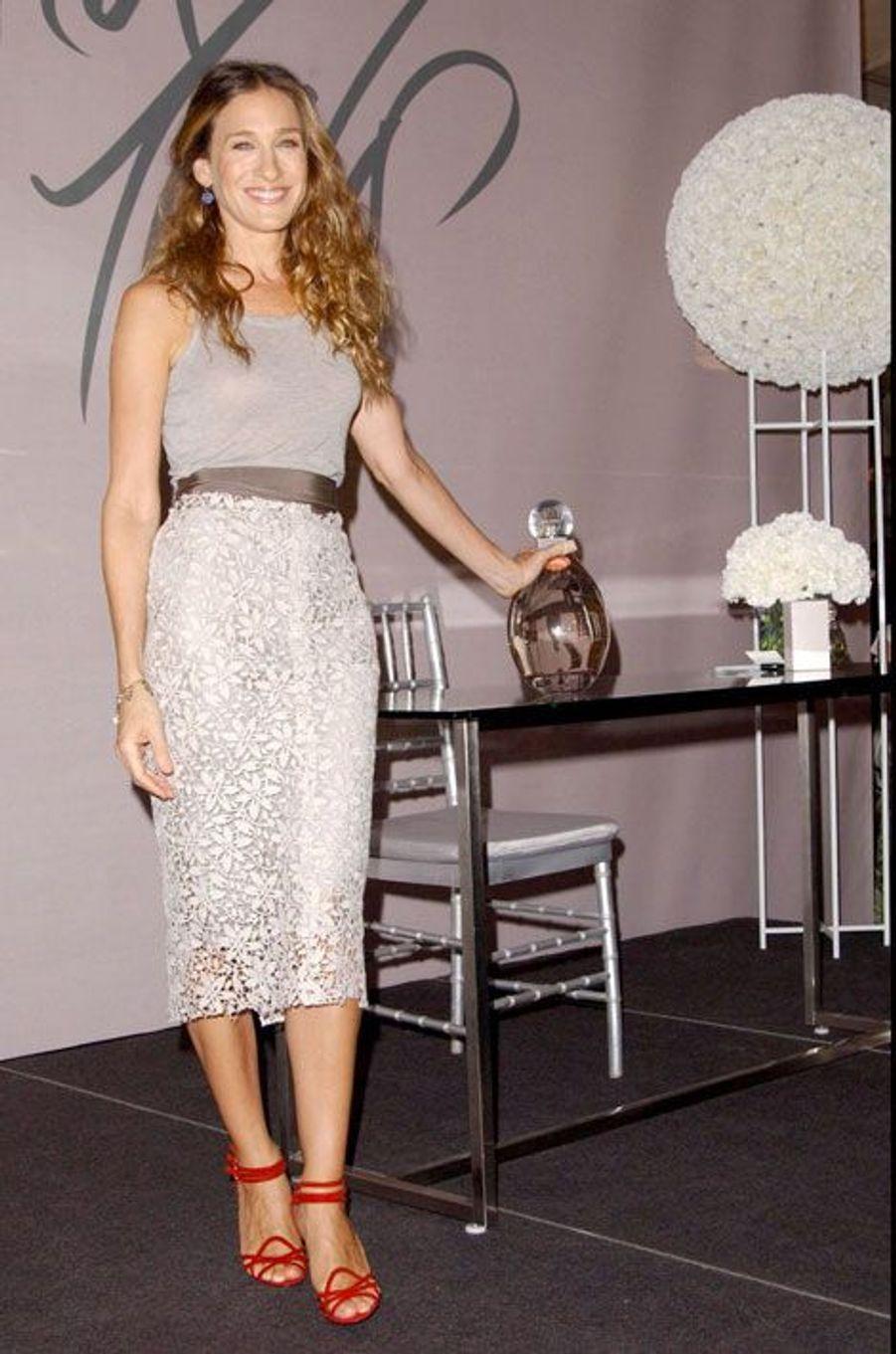 De passage à Paris en mai 2008, Sarah Jessica Parker a présenté la réédition de sa fragrance Lovely, imaginée avec Lancaster trois ans plus tôt.