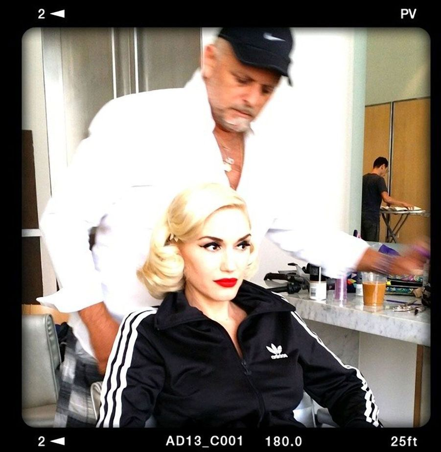 Gwen Stefani en pleine séance de maquillage