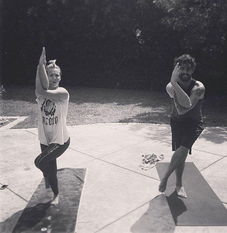 Kaley Cuoco en plein yoga