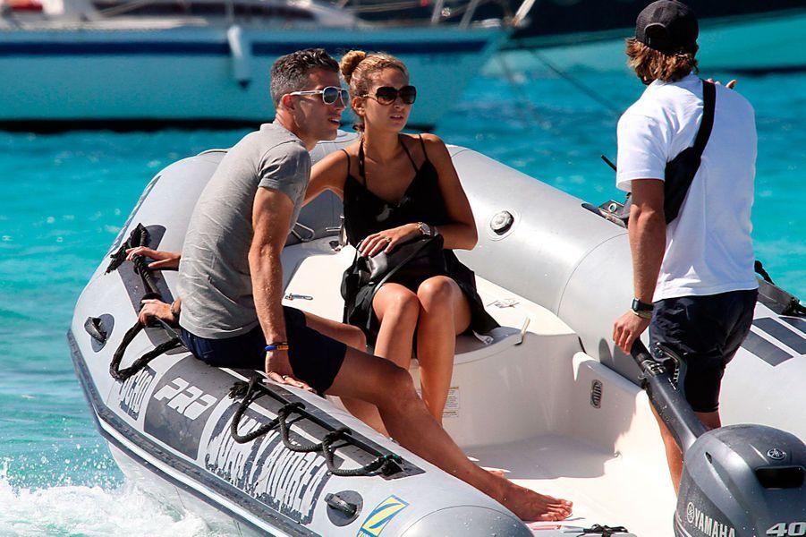 Le footballeur néerlandais de Manchester United Robin Van Persie rejoint son yacht sur un bateau pneumatique en compagnie de sa femme Bouchra. La scène a lieu à Formentera, dans les Baléares.