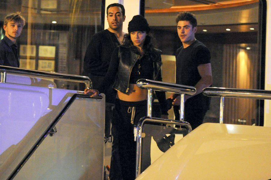 Aperçus ensemble ce 31 juillet sur un yacht dans le port d'Ibiza, Zac Efron et Michelle Rodriguez continuent d'alimenter les rumeurs d'une idylle.