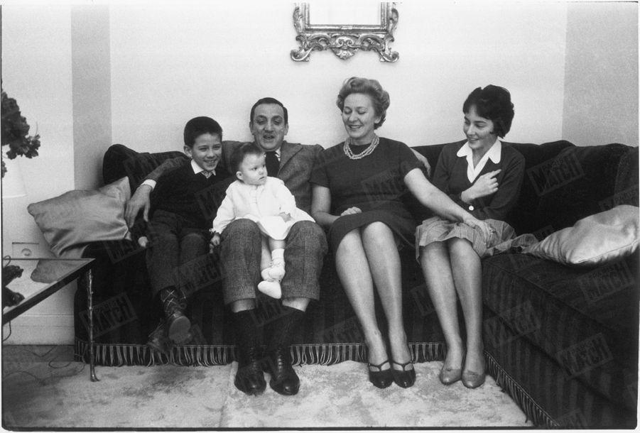 """""""Il est aussi un père de famille tranquille, avec sa femme Odette et ses enfants Laurent, 8 ans, Milène, 12 ans, Linda, 10 mois"""" - Paris Match n°515, 21 février 1959"""