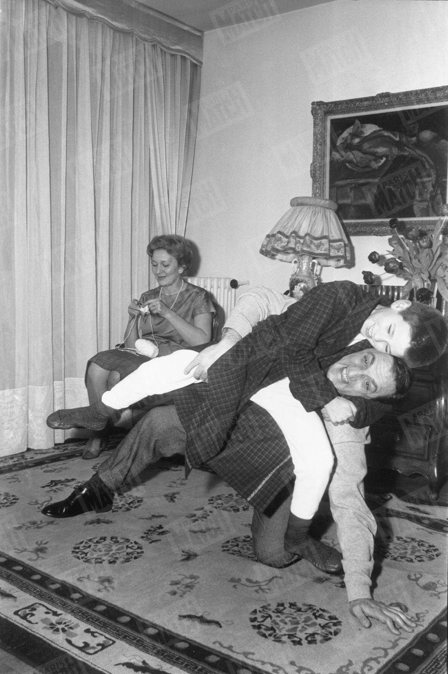 """""""Nouveau dur de l'écran, le gorille sous l'abat-jour"""" - Paris Match n°515, 21 février 1959"""