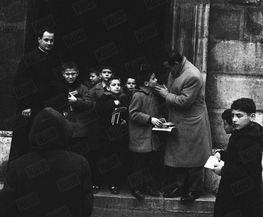 """""""Le jeudi, il mène son fils au catéchisme"""" - Paris Match n°515, 21 février 1959"""