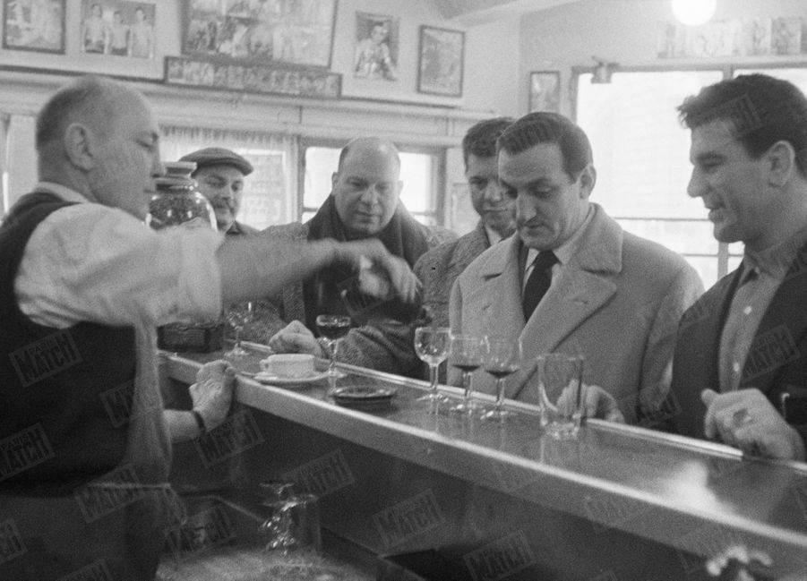 """""""Avec ses amis catcheurs, Delaporte, Drapp, King-Kong, Taverne, il offre le vittel-cassis"""" - Paris Match n°515, 21 février 1959"""