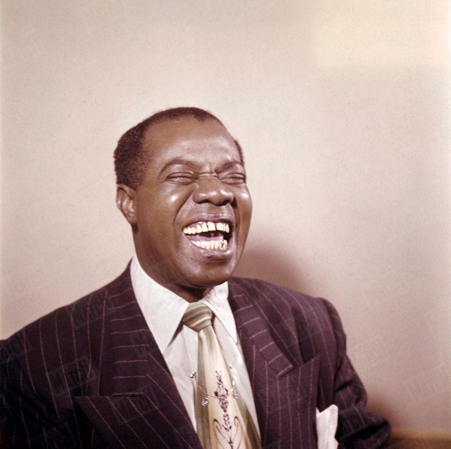 « Louis Armstrong, qu'on voit ici chantant un 'blues', a, lorsqu'il joue de la trompette, une telle puissance de souffle et un jeu de lèvres si précis qu'il a été surnommé 'Satchmo', ce qui veut dire 'Bouche d'acier' » - Paris Match n°36, 26 novembre 1949.