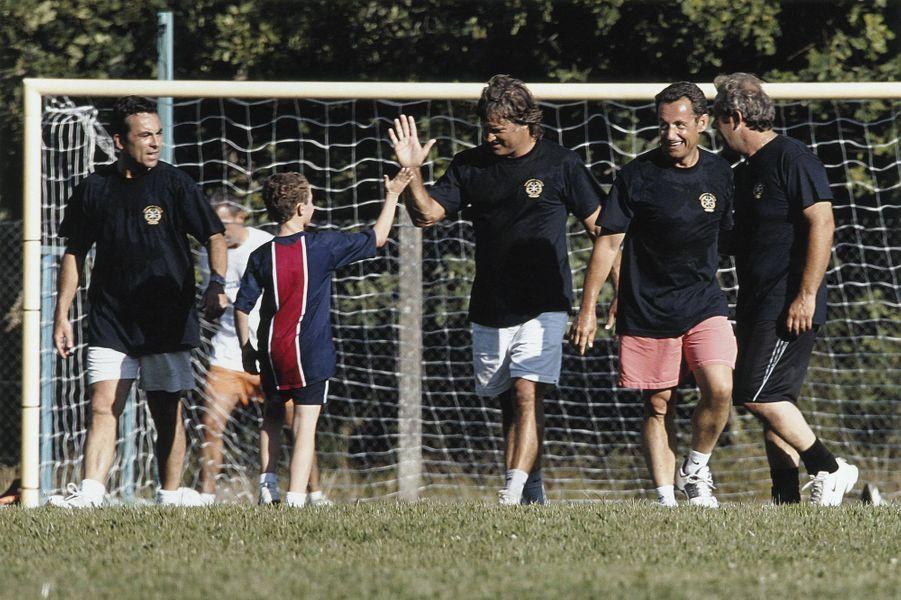 Pendant ses vacances Nicolas Sarkozy a organisé un match de football amical : le ministre sur le terrain avec son fils Louis.