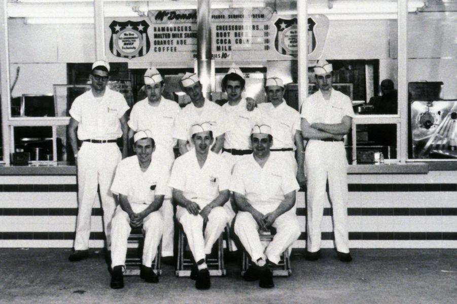 Les cuisiniers du premier restaurant McDonald's.