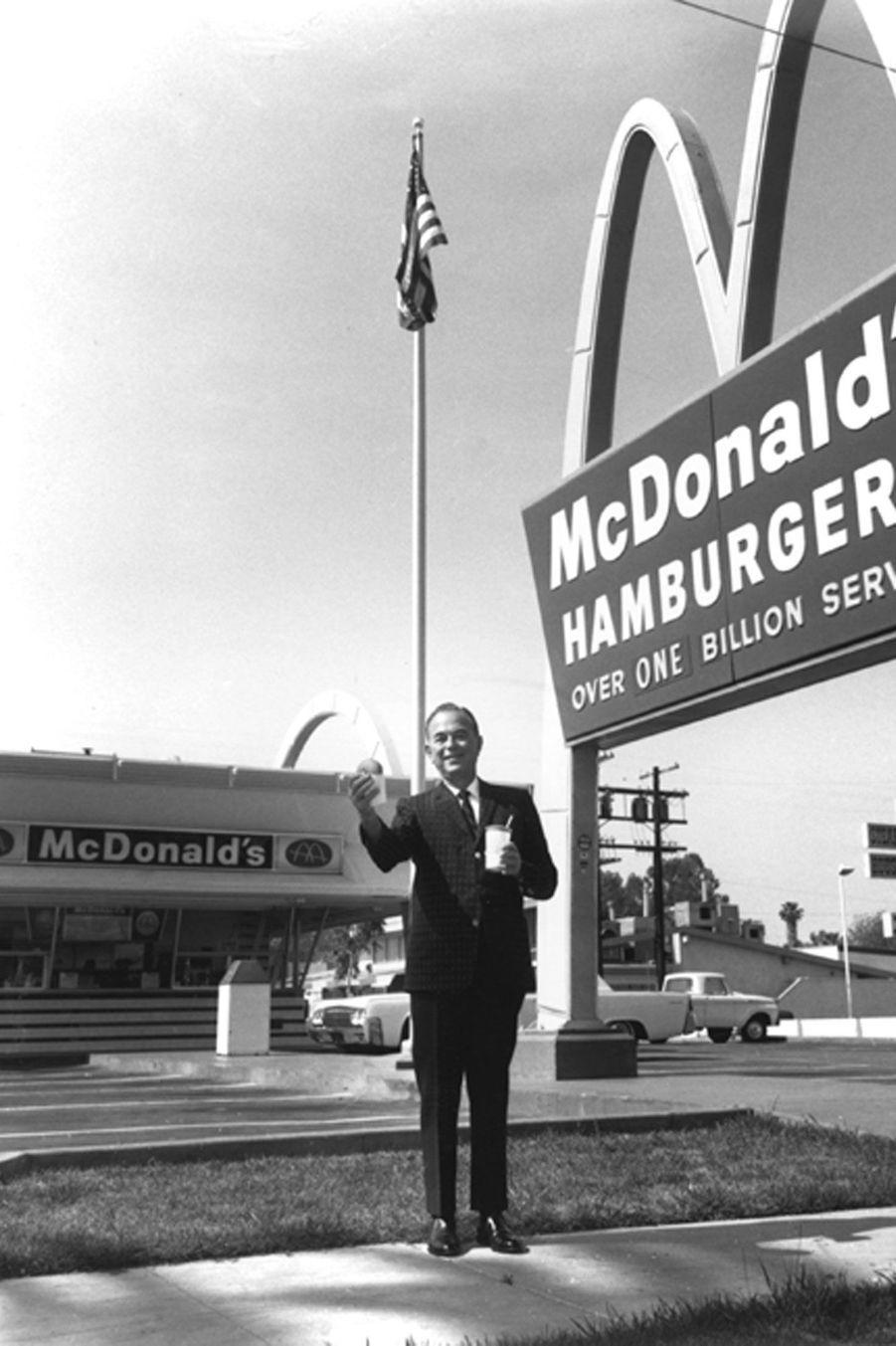 Ray Kroc devant son premier restaurant.