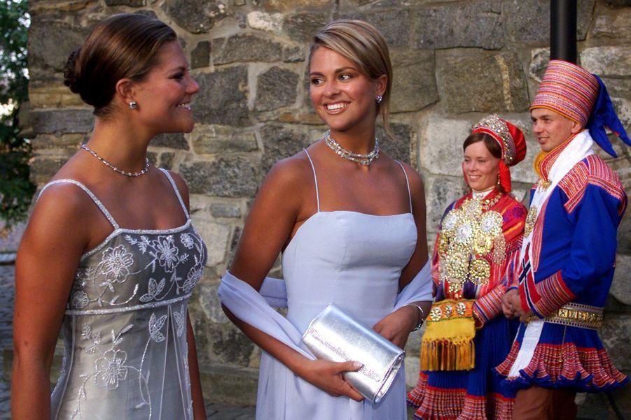 Avec Victoria, pour un diner de gala à la veille du mariage d'Haakon de Norvège et Mette-Marit, en 2001