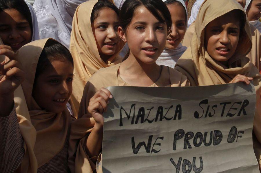 Des jeunes écolières de Peshawar montrent leur soutien à Malala, le 11 octobre 2012