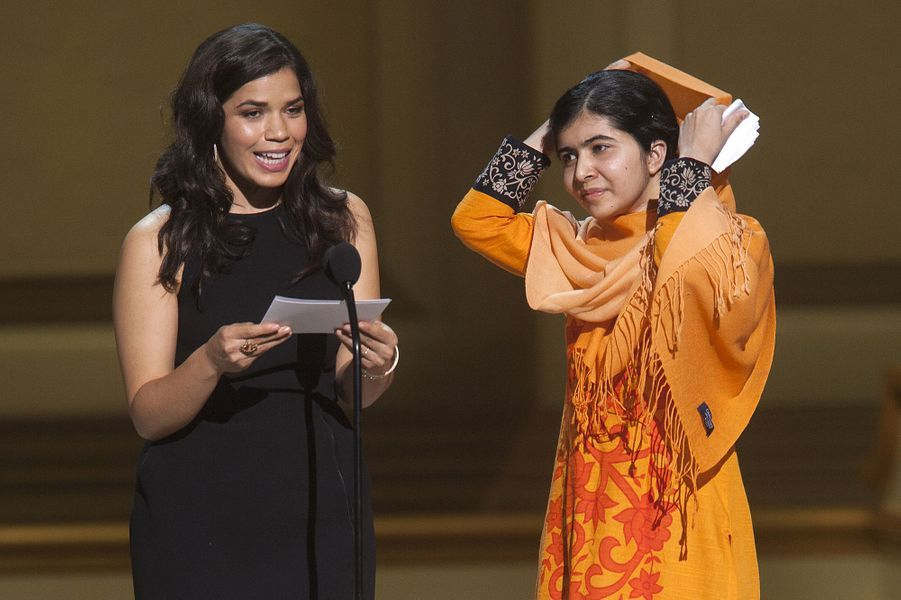 Malala et l'actrice America Ferrera sur la scène des Glamour Magazine Women of the Year Awards, le 12 novembre 2013