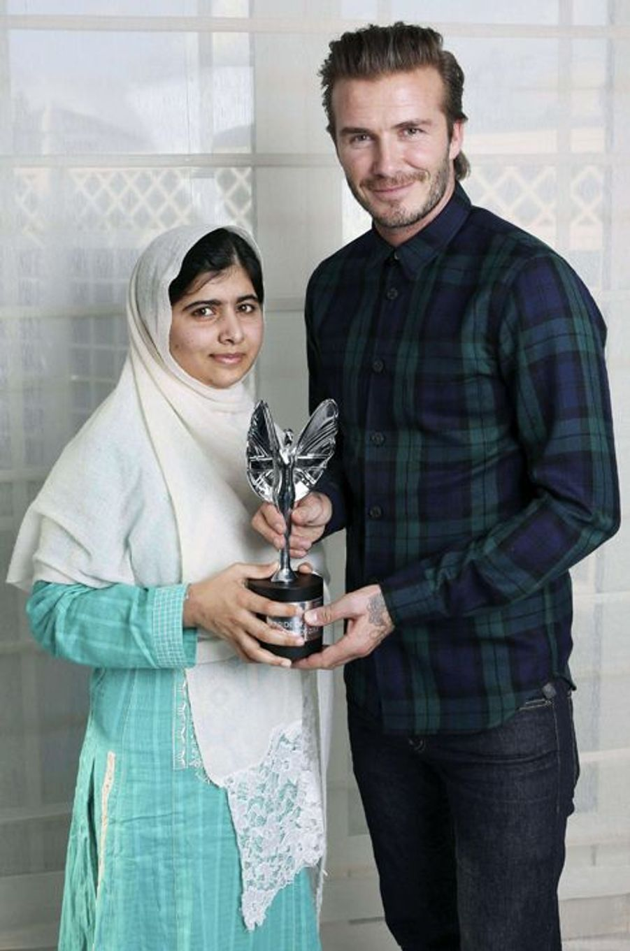 Malala reçoit, des mains de David Beckham, le prix Mirror Pride of Britain Teenager of Courage, le 7 octobre 2013