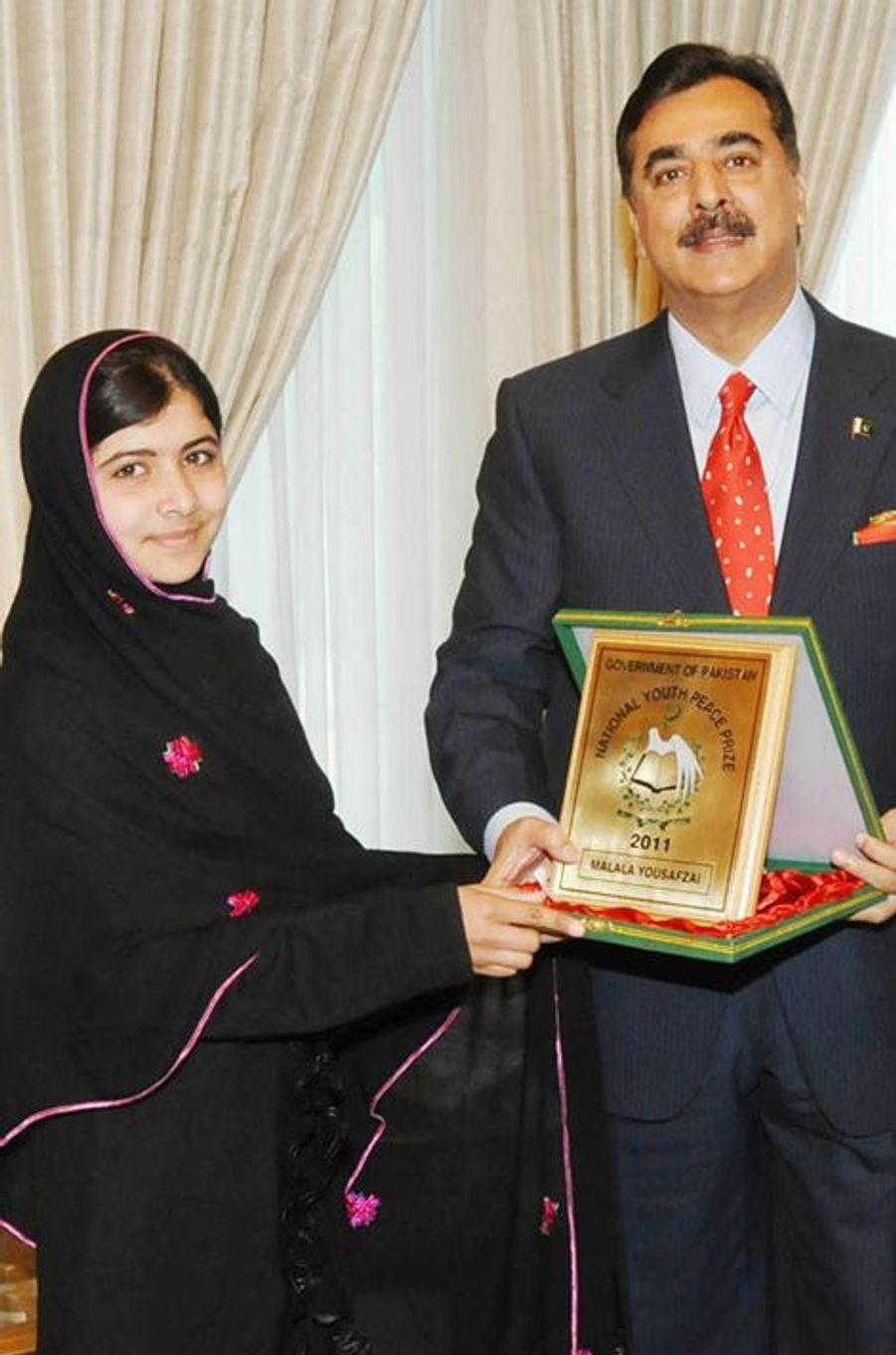 Malala reçoit le prix National Youth Peace des mains du Premier ministre pakistanais Yusuf Raza Gilani, le 20 décembre 2011