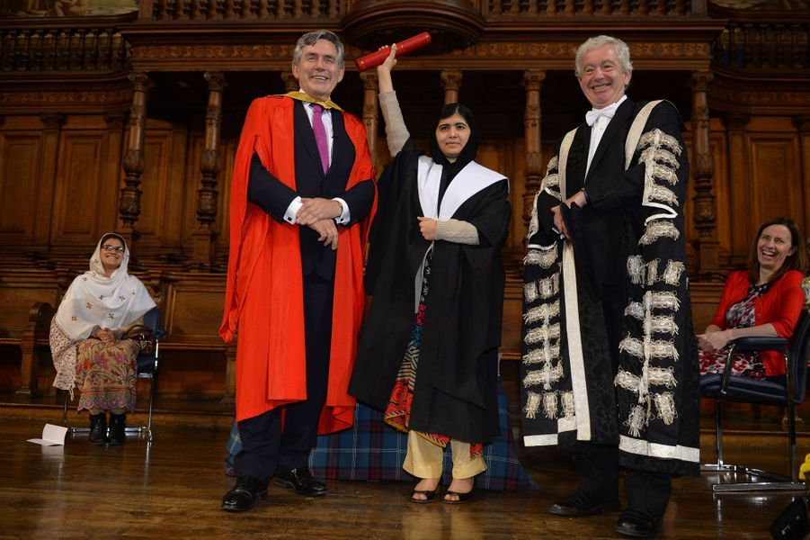 Malala reçoit un diplôme honorifique de l'université d'Edimbourg, des mains de l'ancien Premier ministre Gordon Brown, le 19 octobre 2013