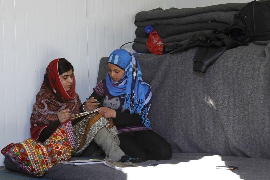 Malala rencontre la jeune Mazoon Rakan, dans le camp de réfugiés de Zaatari, en Jordanie, le 18 février 2014