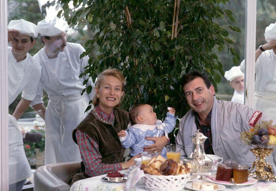 « Marc Meneau et son épouse Françoise avec leur bébé dans leur restaurant de Saint-Père-sous-Vézelay.» - Paris Match n°1956, 21 novembre 1986
