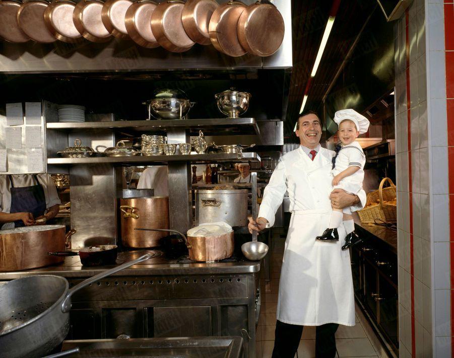 """« Dans les cuisines de son restaurant L'Espérance, à Vézelay, Marc Meneau et son fils Pierre. """"Il a plus de chances de devenir cuisinier qu'astronaute!"""", dit son père. » - Paris Match n°2032, 6 mai 1988"""