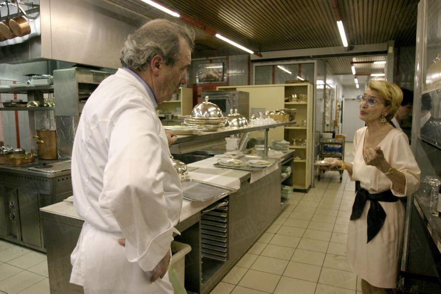 Marc Meneau et son épouse Françoise dans les cuisines de L'Espérance, en mai 2004.