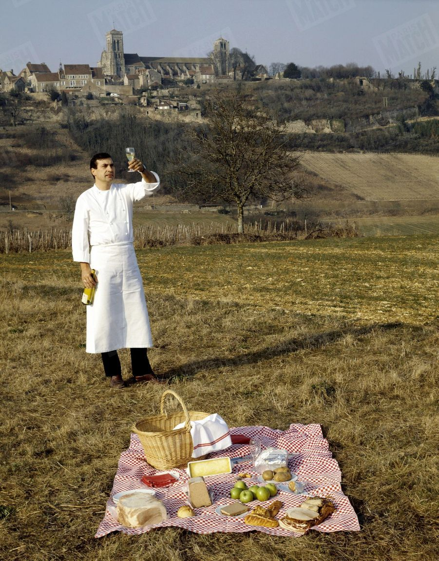 « Devant la basilique romane, Marc a composé une nature morte avec les produits du terroir. Il déguste du bourgogne blanc, un vin de pays qu'il recommande aux gourmets de L'Espérance » - Paris Match n°1823, 4 mai 1984