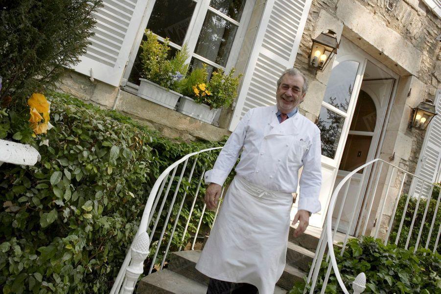 Marc Meneau devant son restaurant L'Espérance, en avril 2007.
