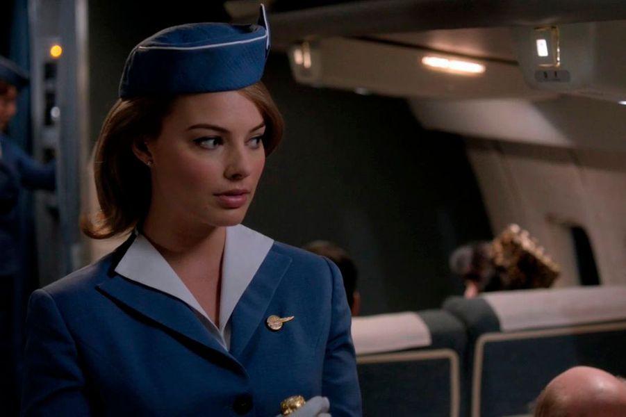 """Hôtesse de l'air vintage dans """"Pan Am"""", la série qui l'a révélée."""