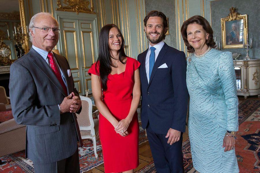 Carl-Philip et de Sofia Hellqvist à l'annonce de leurs fiançailles, avec le roi Carl XVI Gustav et la reine Silvia